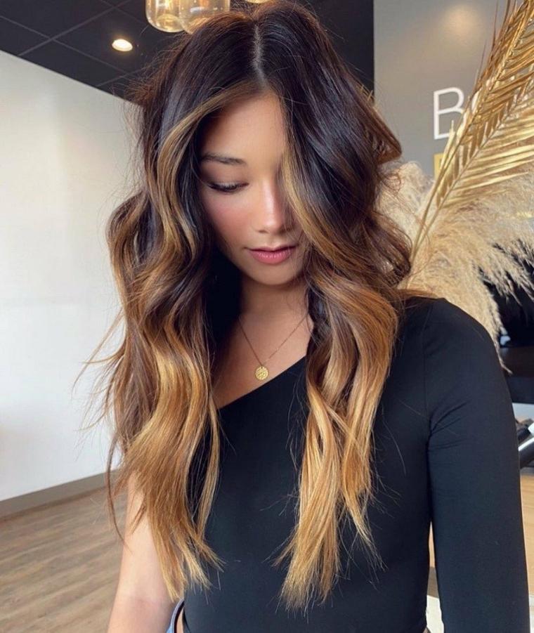 ragazza con capelli castani ombre taglio lungo pari con onde da spiaggia