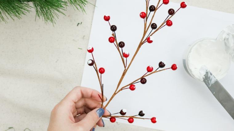 rametto di bacche finte decorate con stucco ghirlande natalizie shabby chic fai da te
