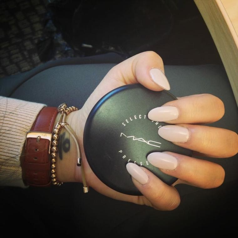 Come limare le unghie, forma tondeggiante e lunga di colore tortora in abbinamento agli accessori da donna