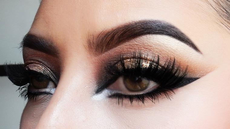 eye liner nero abbinato a un rimmel allungante e degli ombretti marroni sfumati