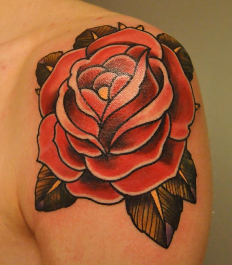 tatuaggio sulla spalla di una rosa rossa con alcune sfumature bianche e foglie verdi