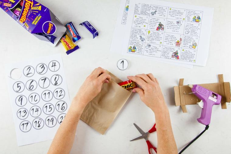 sacchettino di carta con dolcetto ghirlande natalizie fatte a mano
