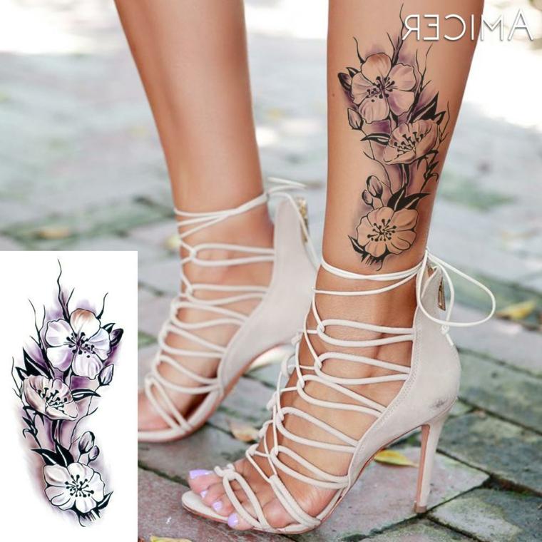 Tattoo caviglia, disegno fiori sulla gamba, tatuaggio floreale sulla caviglia di una donna
