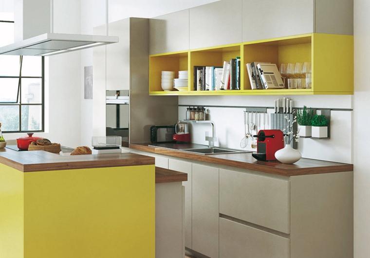 Abbinamento colore grigio con scaffali a vista di colore giallo, top in legno lucido