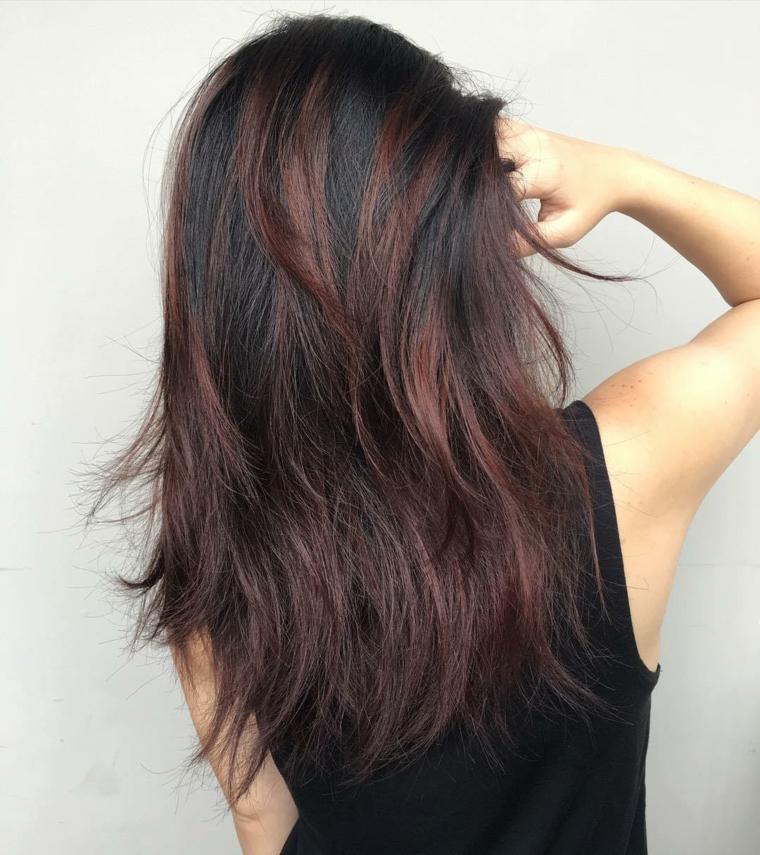 Effetto naturale con una scalatura leggere per dei capelli castano con riflessi viola di media lunghezza