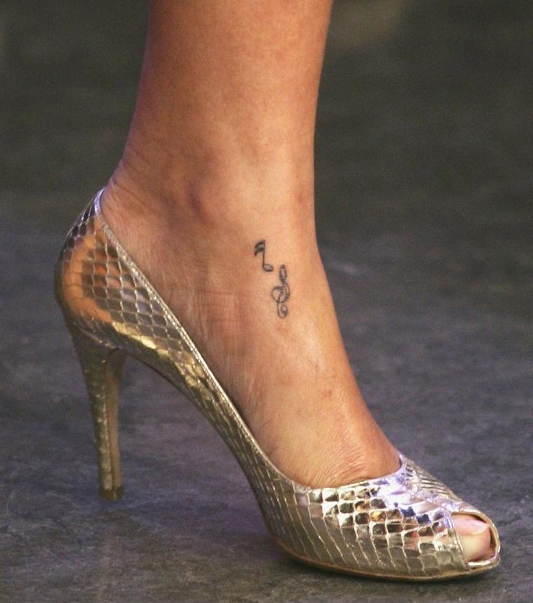 Tatuaggio disegno note musicali, tatuaggi piede caviglia, donna con tacchi alti colore argento