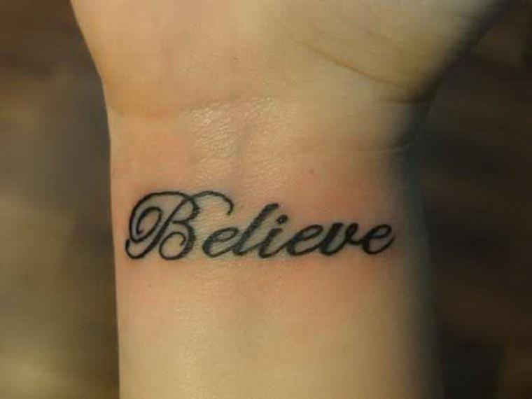 Tatuaggi scritte, idea con la scritta Believe, Credere in italiano sul polso della mano