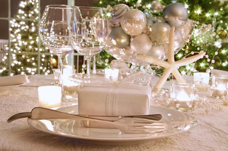 Contenitore di vetro molto grande con palline natalizie color argento come centrotavola