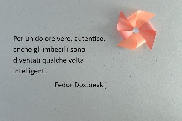 Fedor Dostoevskij e la citazione sul dolore e sull'amore, girandola di colore rosa di carta fatta a mano
