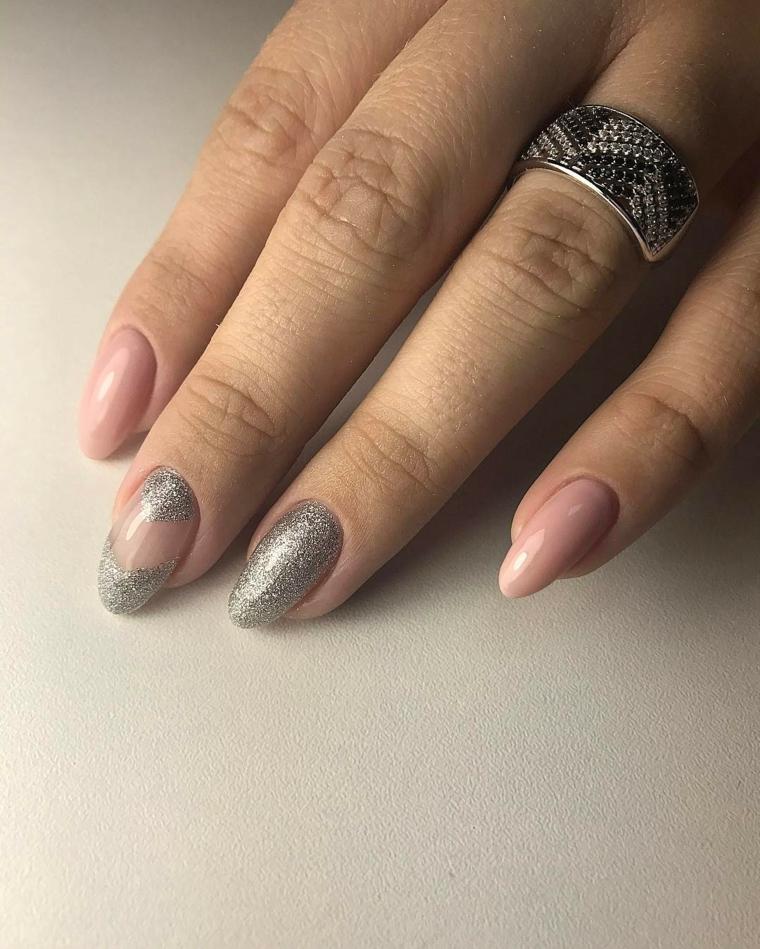 Decorazione unghie di colore argento con smalto glitter ruvido, accessori donna e un anello di argento
