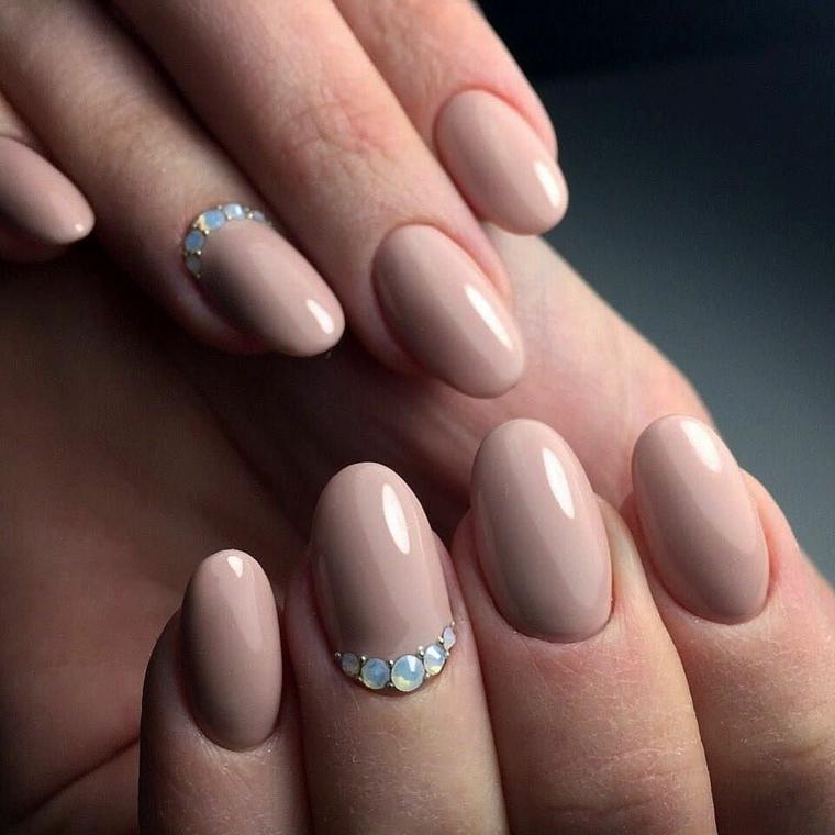 Unghie a mandorla, smalto di color pelle con un accent nail sull'unghia del dito anulare con brillantini