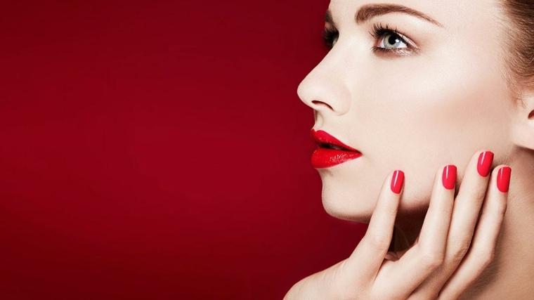 unghie laccate di rosso della stessa nuance del rossetto per una combinazione sexy ed elegante