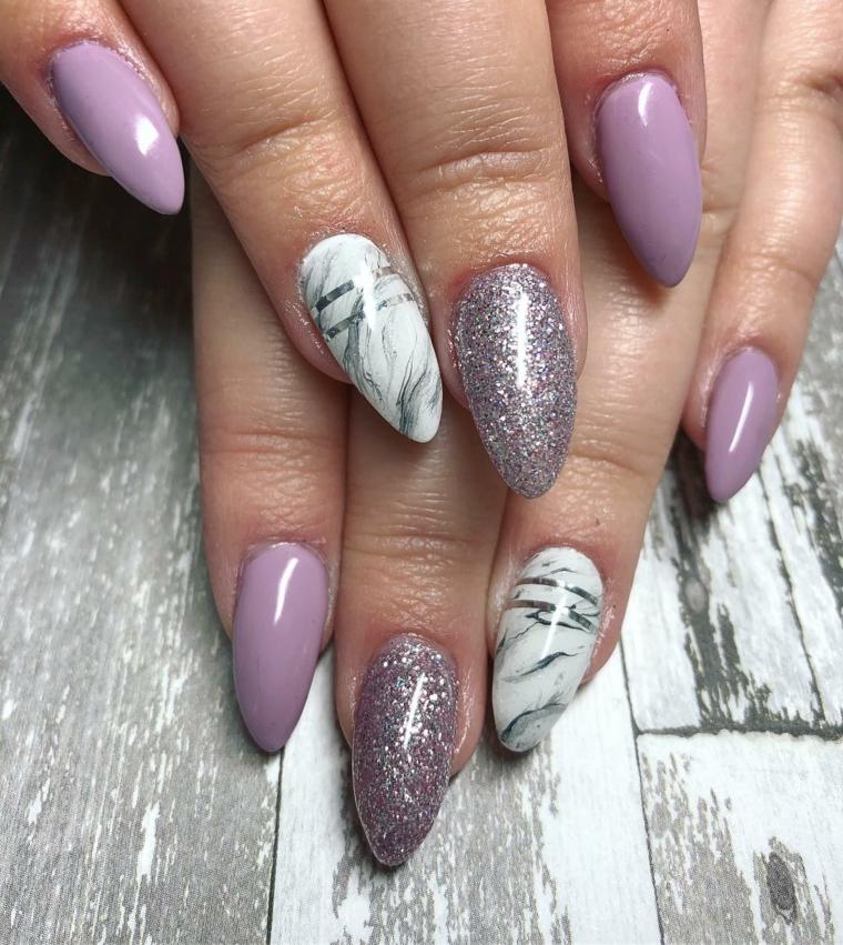Come limare le unghie, colore viola e glitter nella stessa tonalità, accent nail effetto marmo