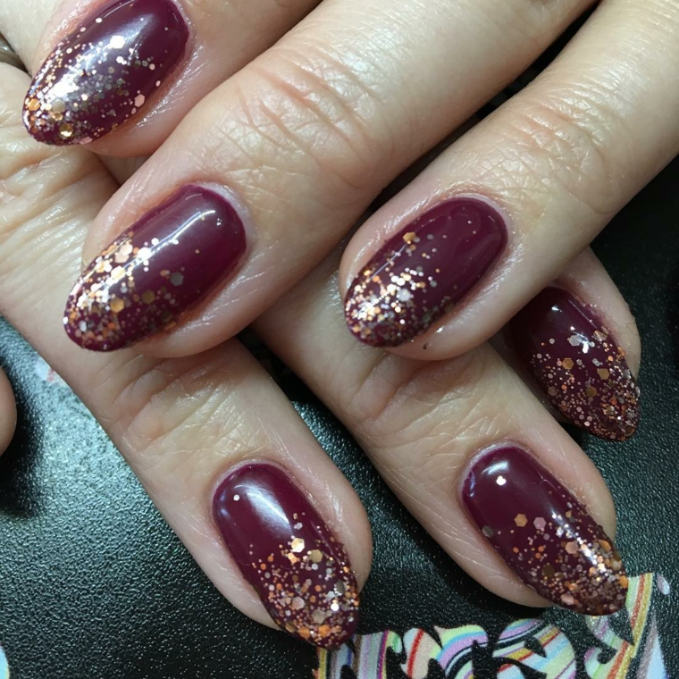 Come fare le unghie a mandorla, idea per uno smalto bordeaux con glitter color oro