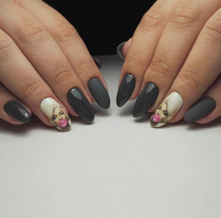 Decorare l'unghia del dito anulare con l'immagine di Marilyn Monroe, smalto grigio matt e acrilico
