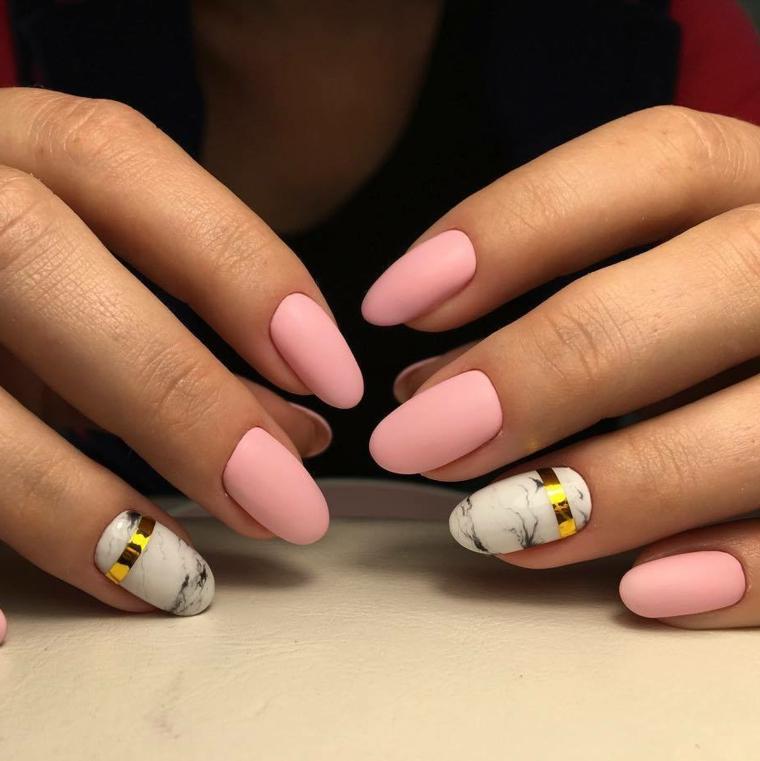 Decorazione unghie con nastri di colore oro, smalto rosa effetto mat