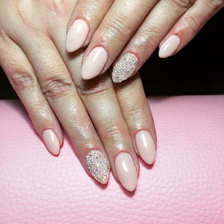 Accent nail con piccoli brillantini sul dito anulare, colorare con smalti di colore rosa