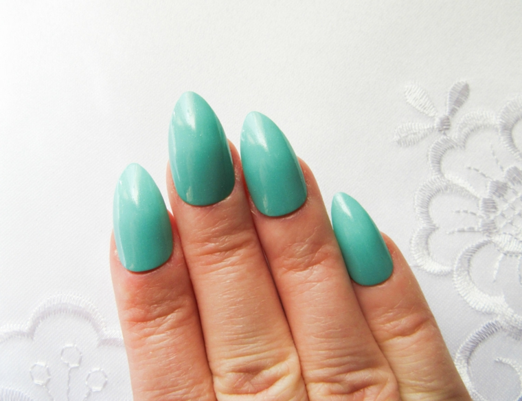 Unghie con punta arrotondata di colore verde, manicure semplice per tutti i giorni