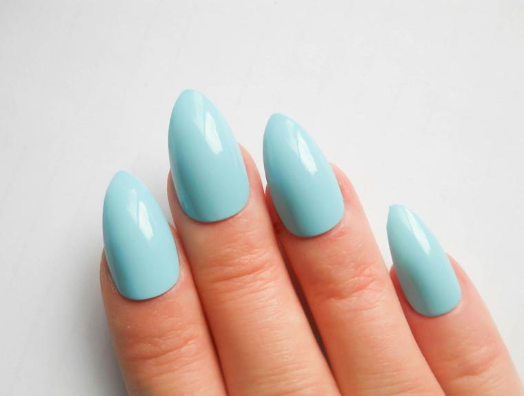 Unghie a stiletto, forma della punta rotonda, smalto gel di colore azzurro