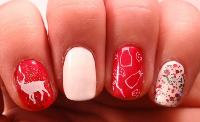 unghie decorate per le feste con smalto bianco e rosso alternato e decorazioni diverse