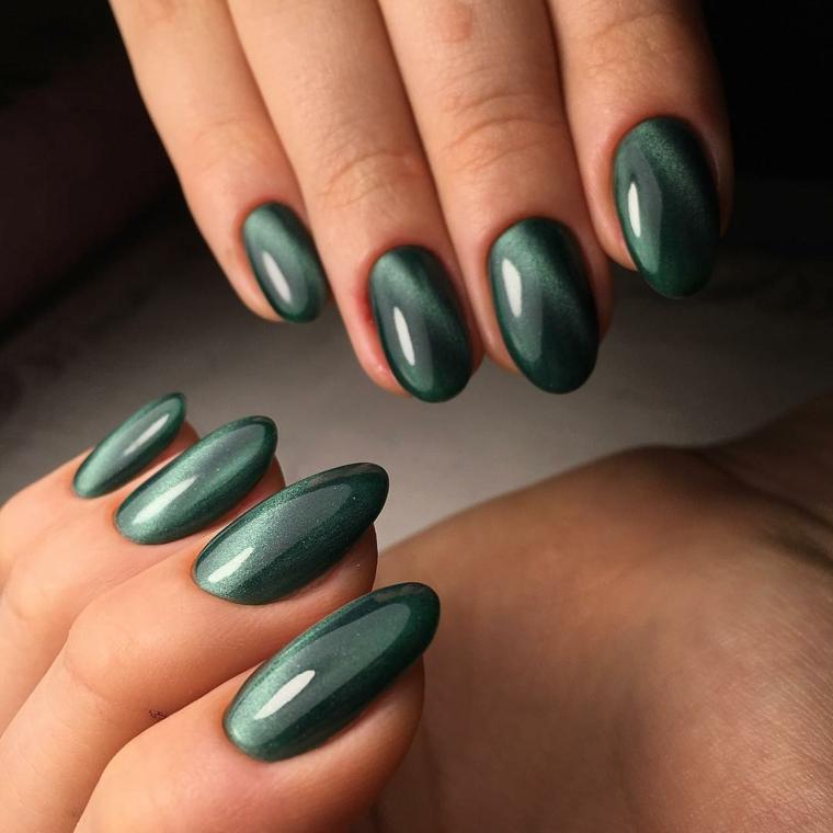Unghie di media lunghezza di colore grigio verde con glitter e riflessi luminosi