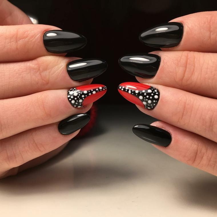 Colorare le unghie di colore nero con riflessi luminosi e decorare l'anulare con rosso e puntini bianchi