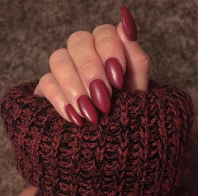 Smalto mat color prugna per unghie dalla forma a mandorla molto lunghe
