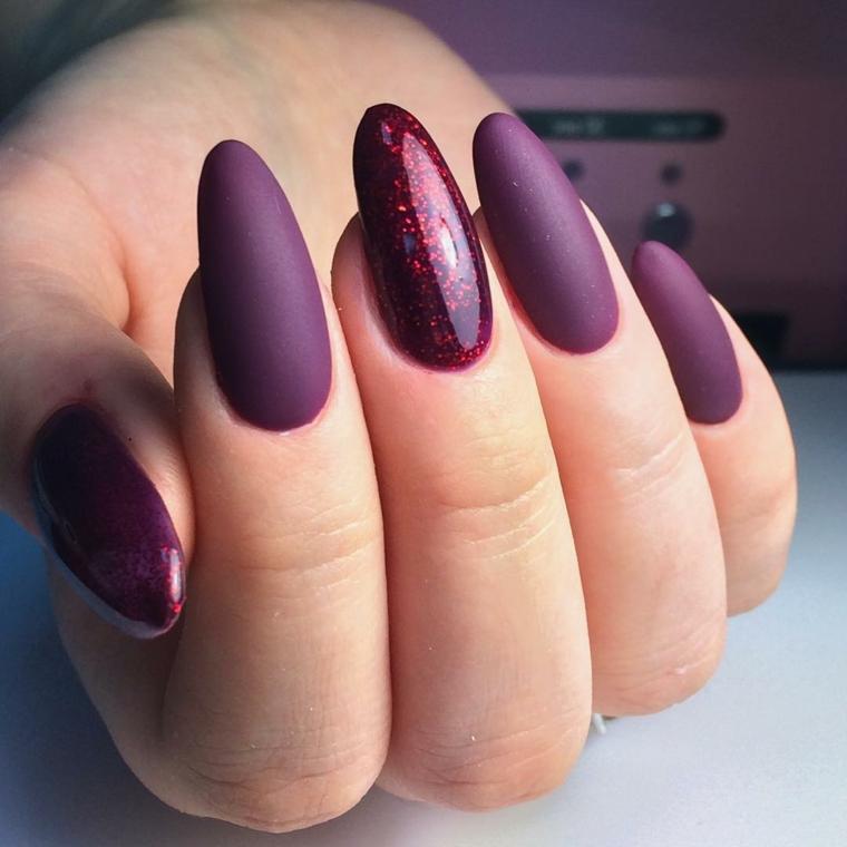 Ricostruzione unghie a mandorla, idea per un colore viola intenso e accent nail glitter