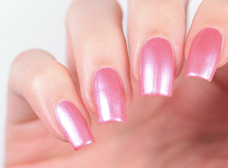 gel rosa antico, una manicure brillante grazie ai riflessi cangianti su unghie lunghe e squadrate