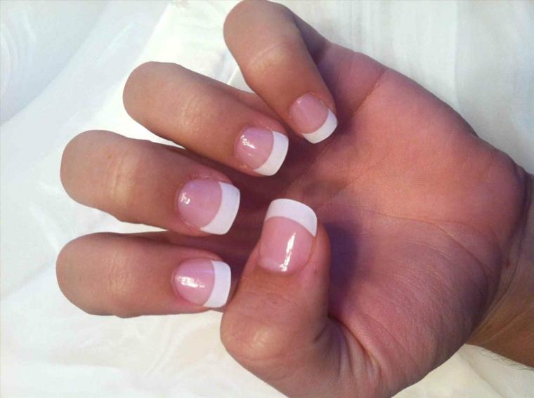 unghie rosa, proposta per creare una feench manicure con una riga spessa bianca