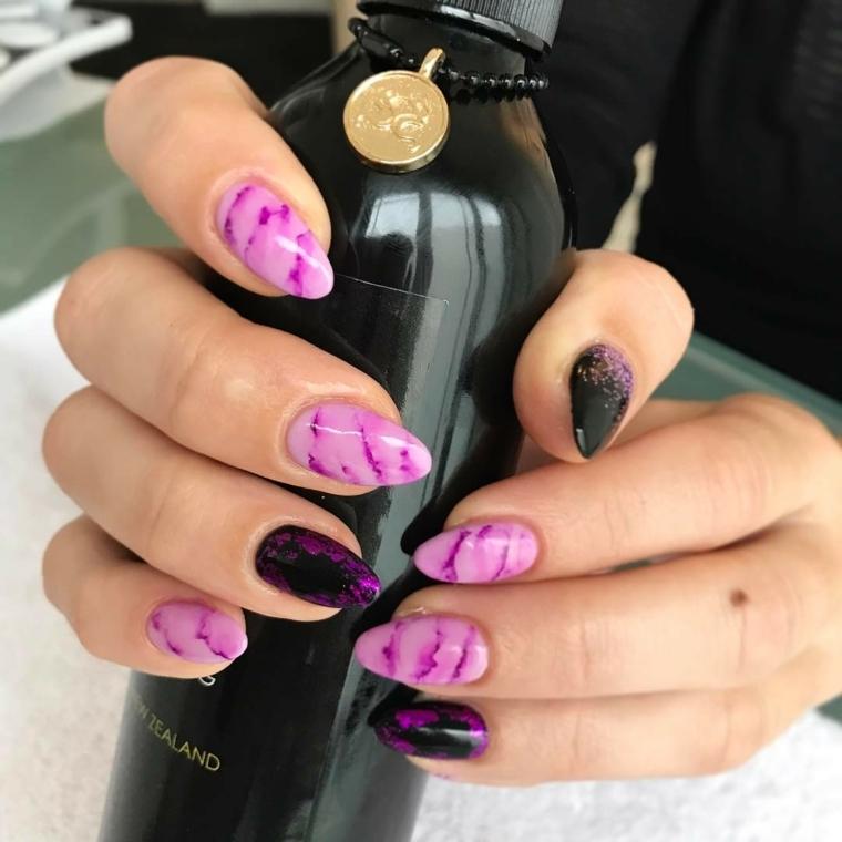 Decorare le unghie con uno smalto effetto marmo, forma a mandorla dalla media lunghezza