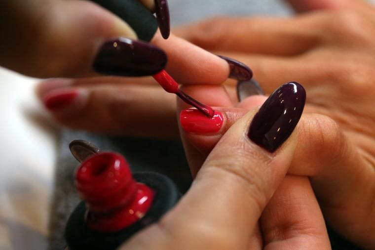 Come limare le unghie, forma a mandorla di colore bordeaux molto luminoso