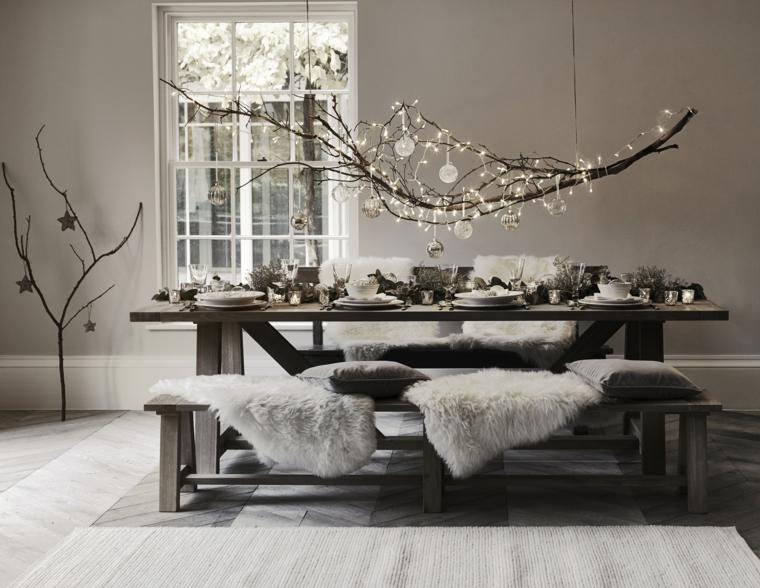 Decorare il soggiorno in stile rustico a tema natalizio con un grande ramo addobbato