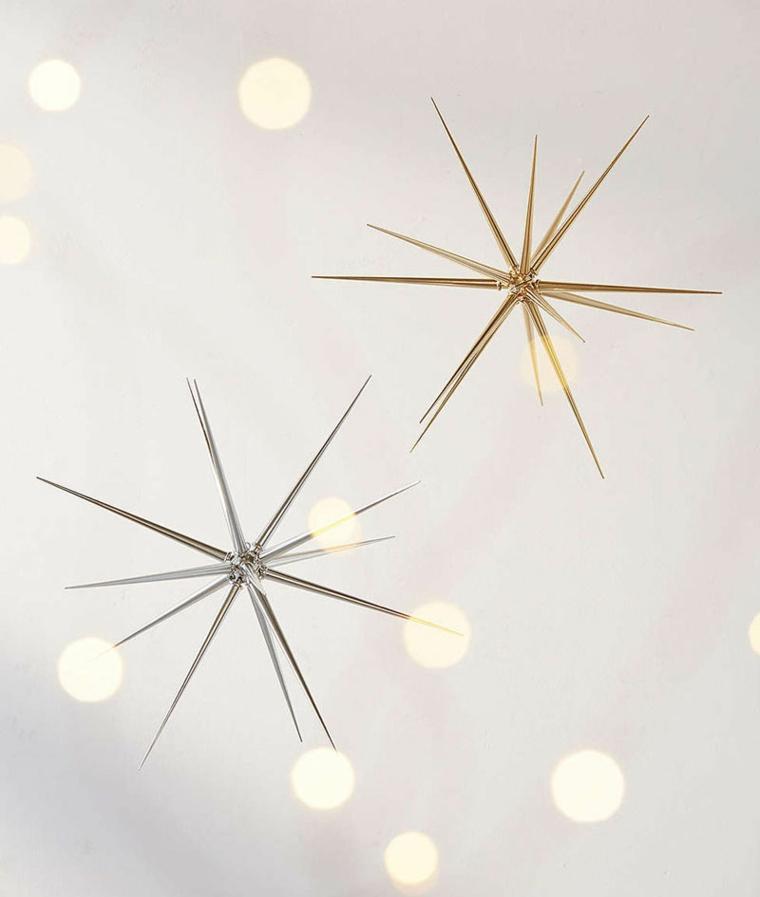 Addobbi da appendere a forma di stelle in metallo e di colore argento e oro