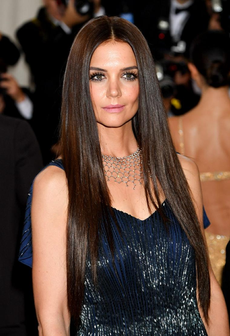 Taglio capelli lunghi di una donna giovane, Katie Homes vestita elegante con un vestito con pailletes