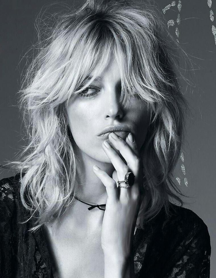 """capelli scalati, una proposta moda con look naturale e """"spettinato"""", frangia lunga sugli occhi"""