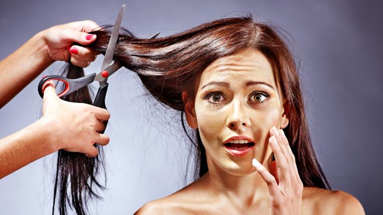 Taglio capelli, accorciare le punte per rendere il capello più resistente