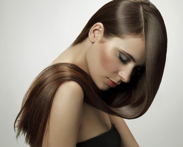 Lucentezza e brillantezza per i capelli lunghi di una ragazza giovane truccata con blush e rossetto
