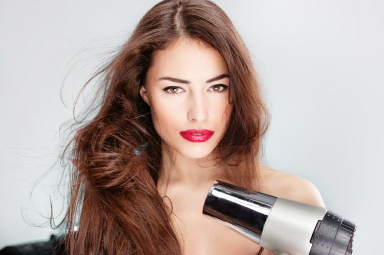 Come prevenire il danneggiamento dei capelli lunghi a causa dell'asciugacapelli