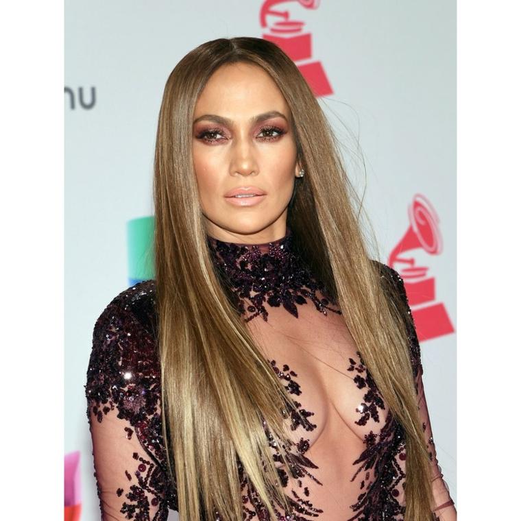 Abbinamento make up all'acconciatura di capelli lunghi di colore ombre biondo