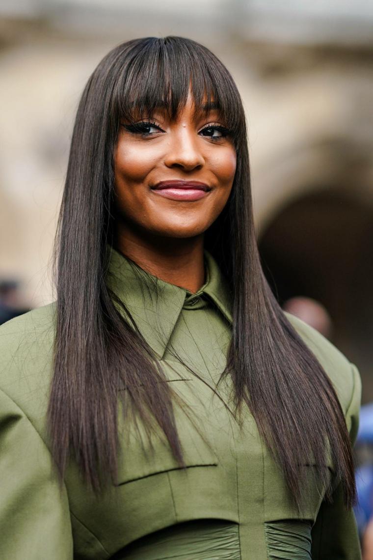taglio capelli lunghi con frangia acconciatura liscia con strati