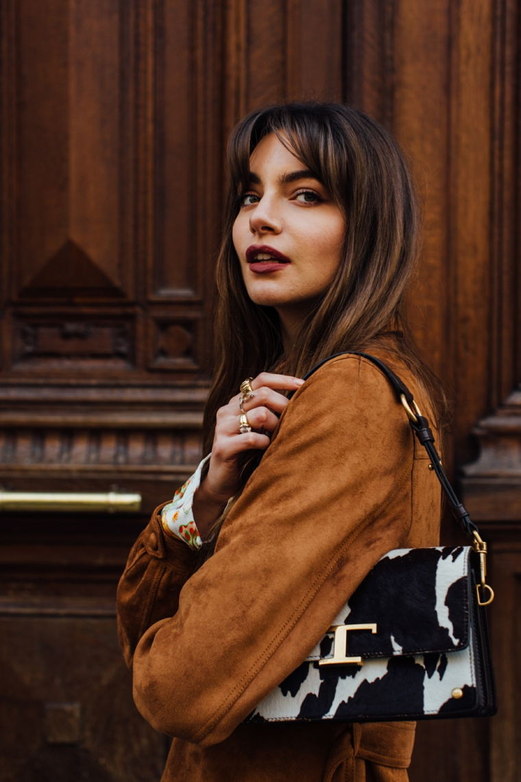 taglio capelli lunghi con frangia ragazza con giacca marrone di velluto