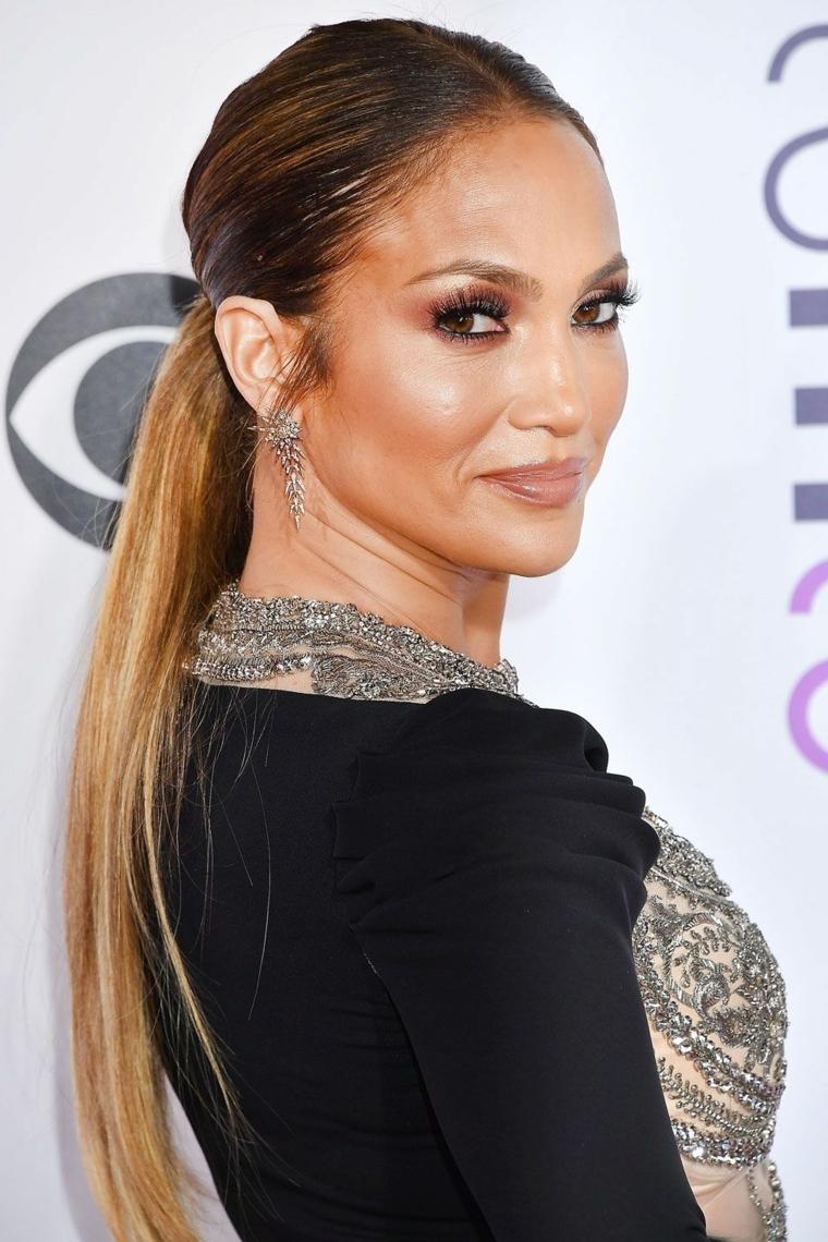 Il taglio dritto di Jennifer Lopez con un effetto ombre, acconciatura di capelli lunghi legati
