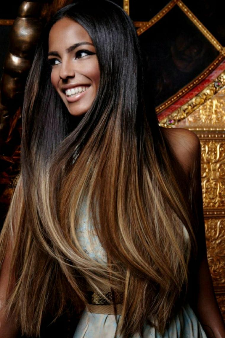 Ragazza giovane con capelli lunghi di colore castano intenso e riflessi più chiari sulle lunghezze