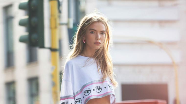 taglio capelli lunghi ragazza con chioma bionda maglietta crop top
