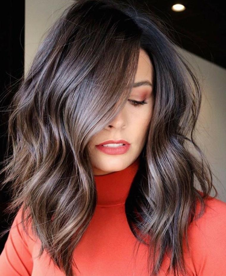 taglio capelli media lunghezza acconciatura donna di colore castano con riflessi