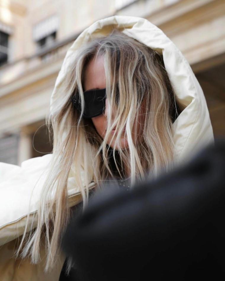 taglio capelli media lunghezza donna con acconciatura di colore biondo ash