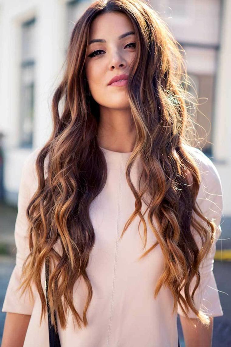 I riflessi di castano più chiaro su una base cioccolato sono belli, ragazza giovane con capelli lunghi