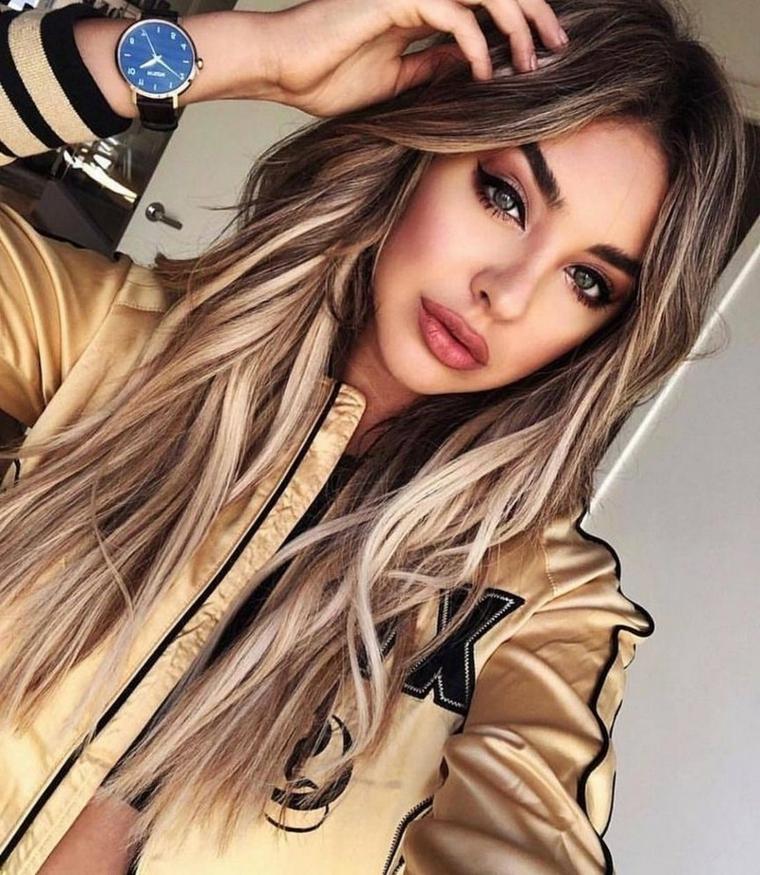 taglio lungo con strati davanti colorazione capelli di biondo
