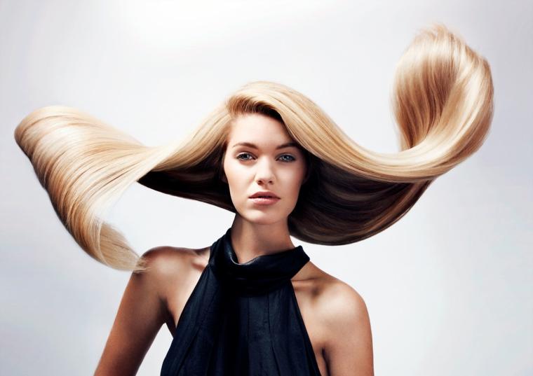 Tagli lunghi, donna con capelli di colore biondo e molto lunghi, riga laterale e lunghezze pari